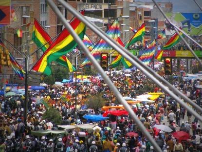 Imagem 4 – Manifestações em El Alto: wiphalas tremulam ao lado da bandeiras nacionais - Fonte: Maurício Hashizume (2009)
